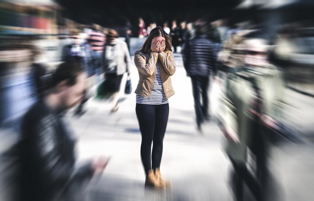 o estresse causa uma reação no organismo fazendo-o liberar hormônios de forma descontrolada, afetando as células de defesa do organismo