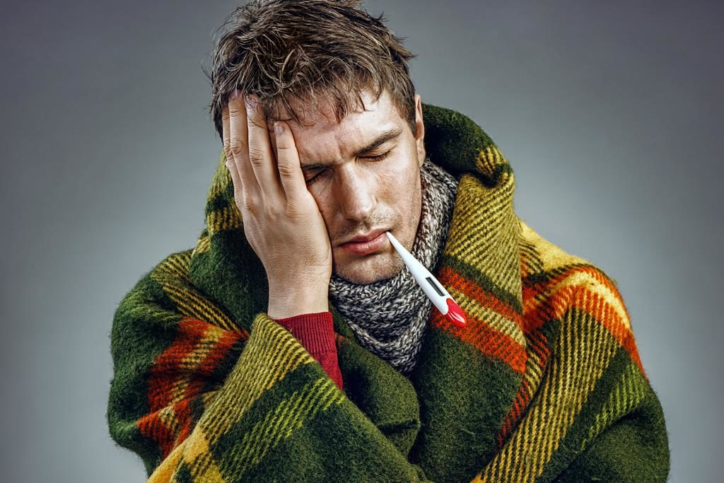 homem com febre e dor de cabeça