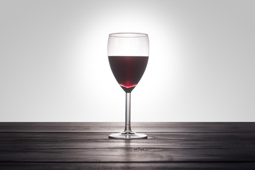 O vinho tinto pode aumentar a pressão arterial