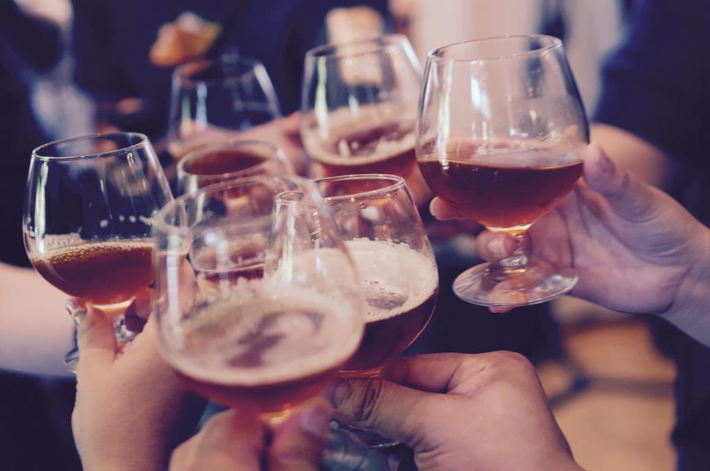 A ingestão de bebidas alcoólicas pode aumentar a pressão alta