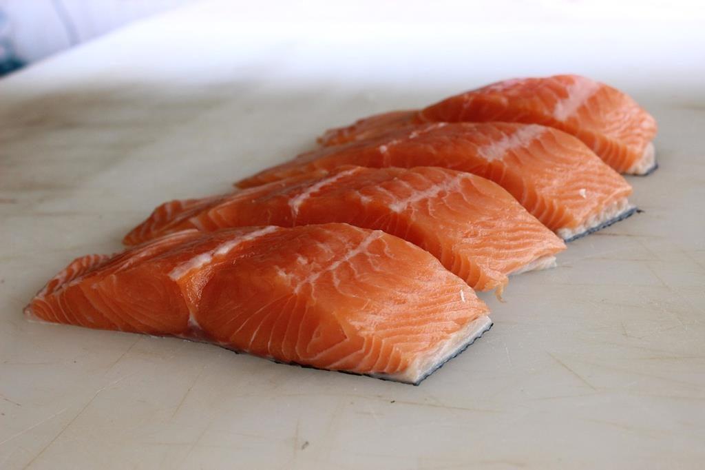 peixes que vivem em águas mais frias e profundas como o salmão, por exemplo, são mais propensos a ter uma alta concentração de ômega 3