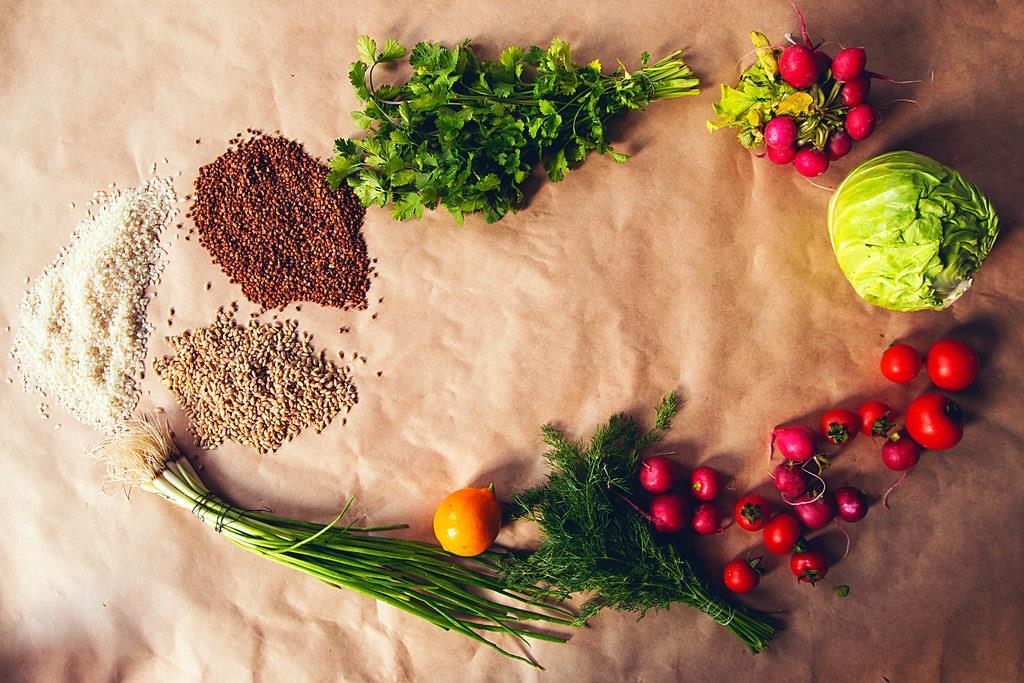 manter uma alimentação equilibrada ajuda no consumo de vitaminas e nutrientes importantes para a saúde das unhas