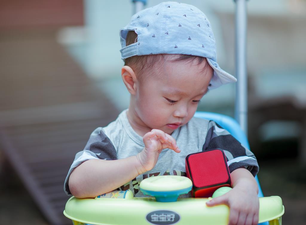 preferir modelos de andadores interativos que possuem atividades para o bebê fazer é uma forma de incentivar a coordenação motora do pequeno