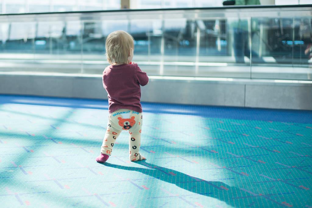 alguns especialistas acreditam que o andador pode acabar atrasando o aprendizado do bebê de andar sozinho
