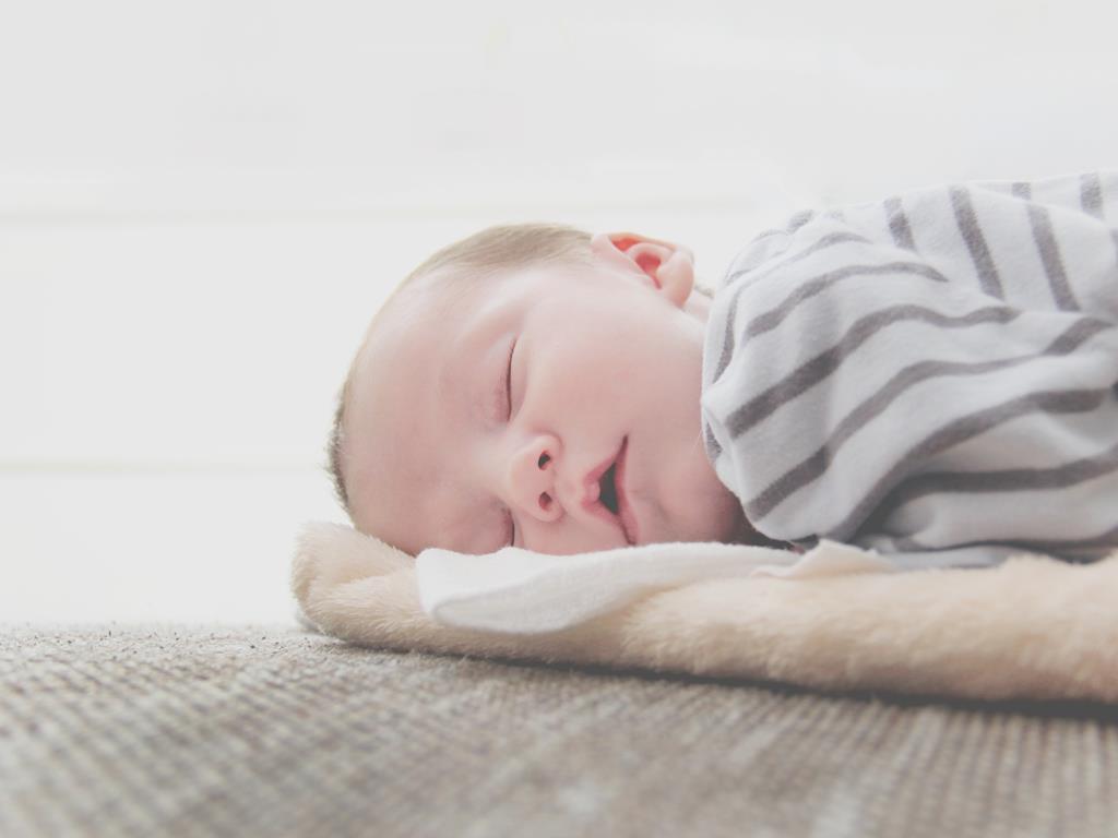 bebe pode dormir de bruços