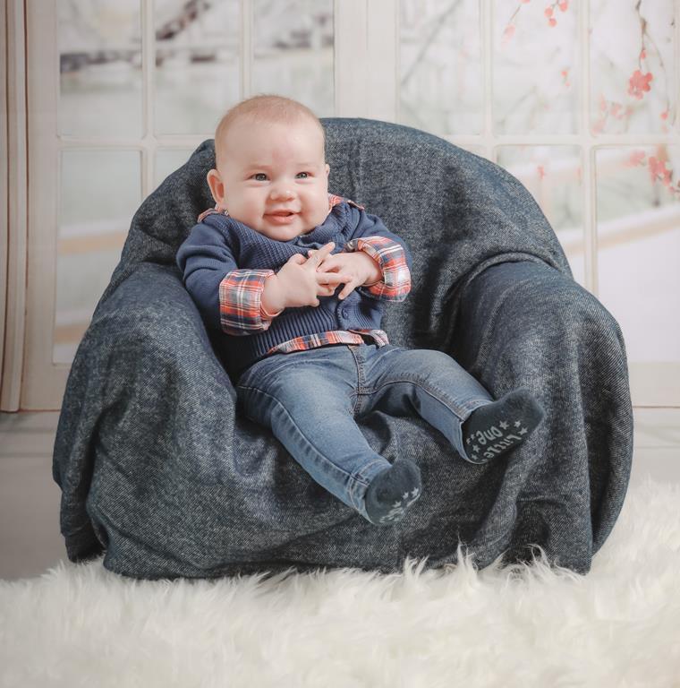 a partir dos 4 meses já é possível colocar o bebê sentado com apoio, já que por volta dessa idade ele começará a tentar se sentar sozinho