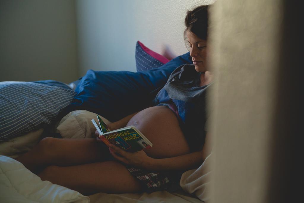 enquanto você espera o trabalho de parto começar naturalmente procure fazer atividades relaxantes como a leitura, por exemplo