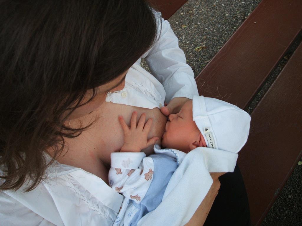 o refluxo pode ser evitad com algumas mudanças de hábitos como oferecer o peito sempre quando o bebê acordar e nunca antes da soneca