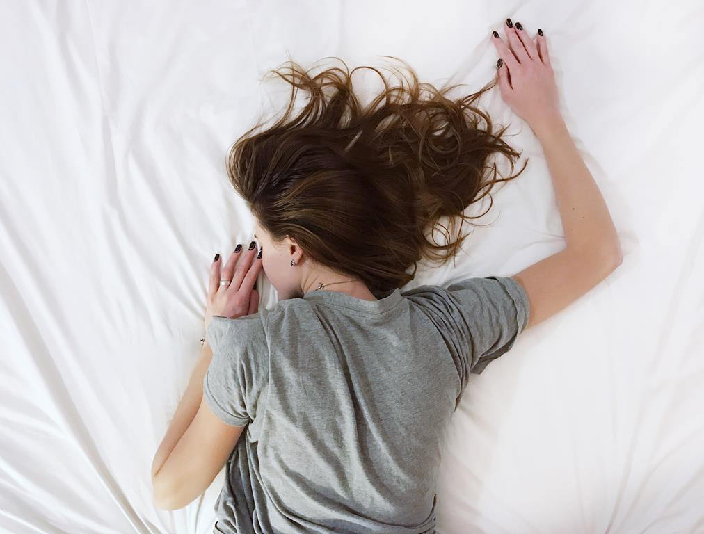 dormir de bruços na gravidez não é prejudicial para o bebê e a futura mamãe pode dormir nessa posição até quando se sentir confortável