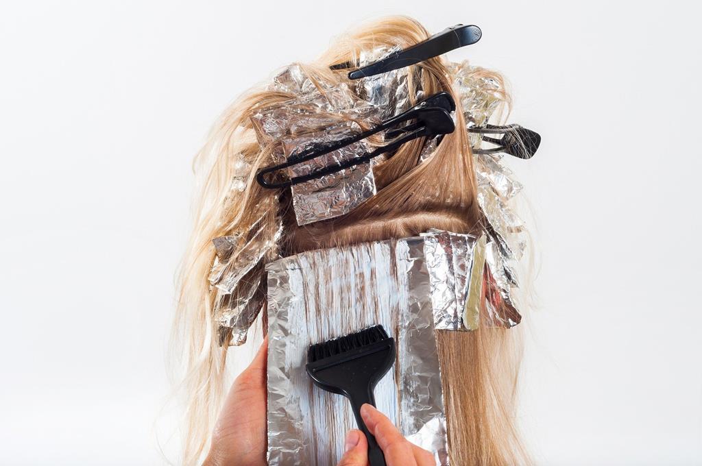 embora alguns especialistas permitam que os cabelos sejam tingidos depois do primeiro trimestre, no Brasil a recomendação é que sejam usadas apenas tintas sem amônia para evitar possíveis riscos ao feto