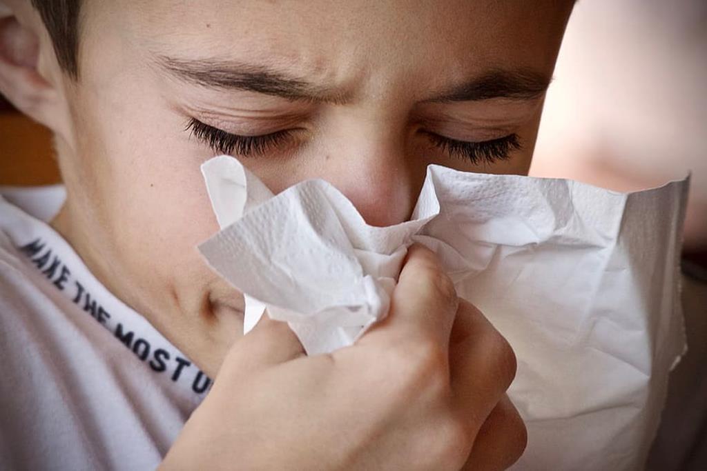 os sintomas da gripe como coriza e dor na garganta podem durar até 7 dias
