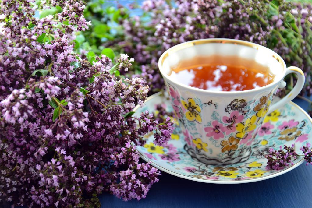 o chá de lavanda é um excelente calmante natural e pode auxiliar durante as crises de estresse