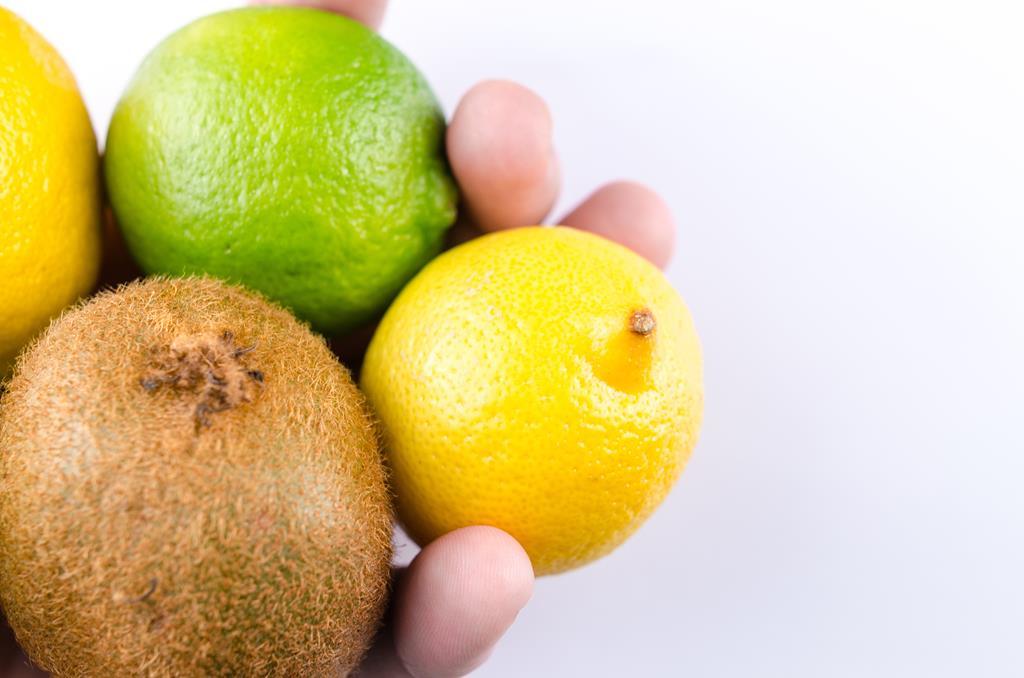 consumir mais alimentos ricos em vitamina C como as frutas cítricas auxilia no fortalecimento do sistema imunológico