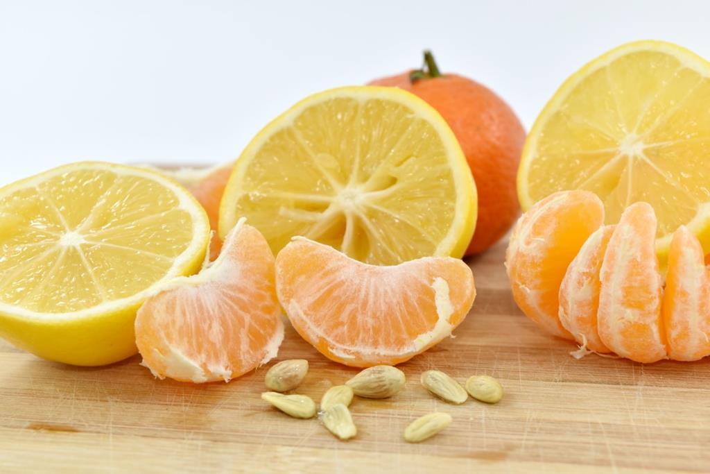 uma unidade média de laranja possui cerca de 90 mg de vitamina C