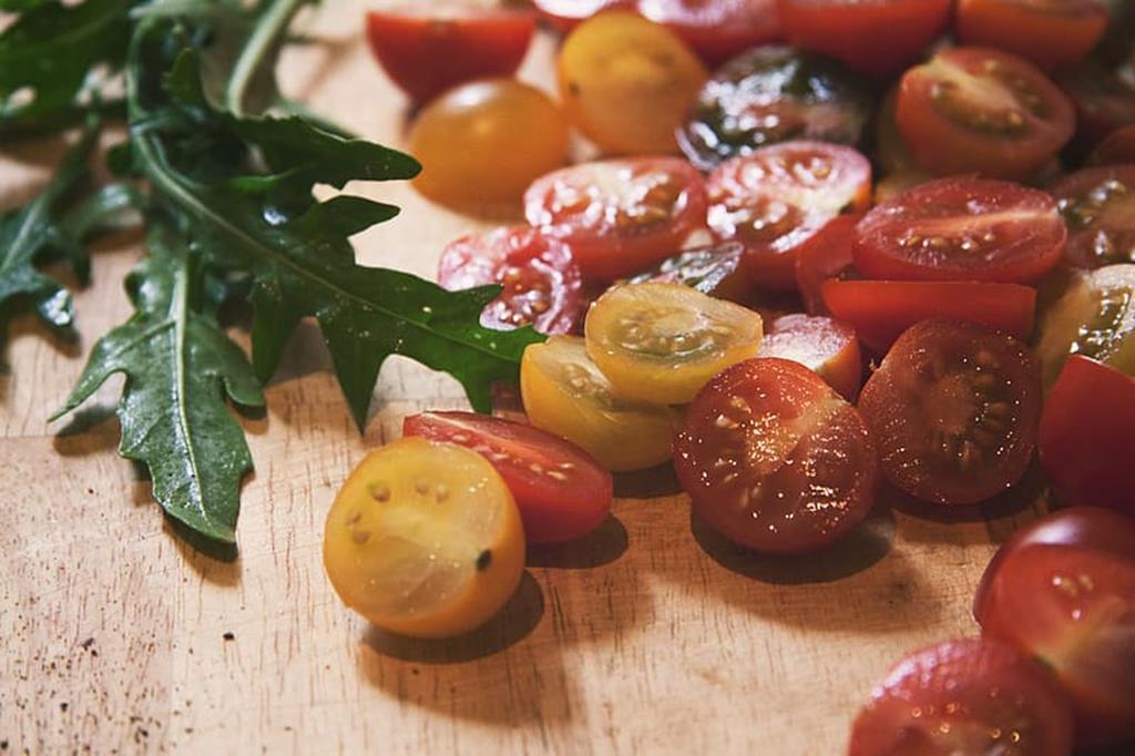 a rúcula e o tomate são alimentos ricos em vitamina C, que ajudam na recuperação e prevenção de quadros de gripes