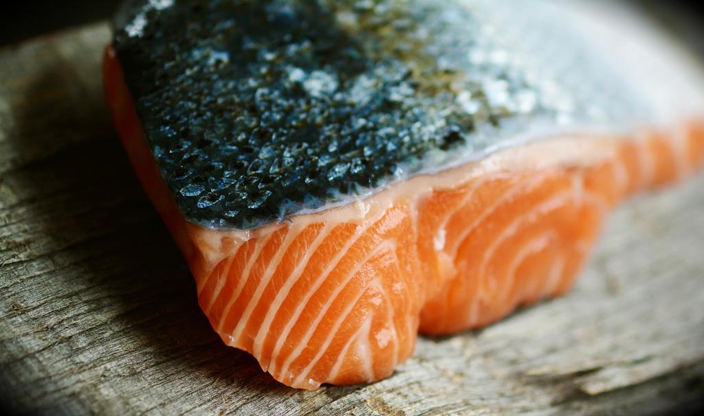 conhecido popularmente por ser uma rica fonte de ômega 3, uma porção de salmão pode oferecer mais do que a necessidade diária da gordura