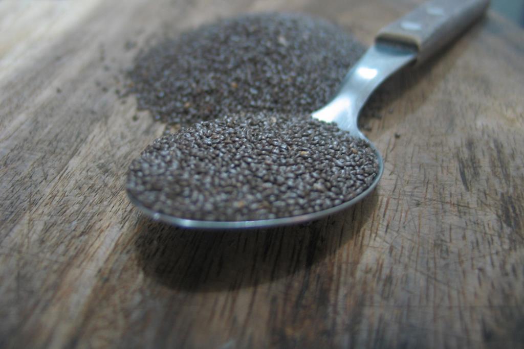 a semente de chia é é uma excelente fonte de ômega 3, e pode ser consumida em iogurtes, sucos e saladas