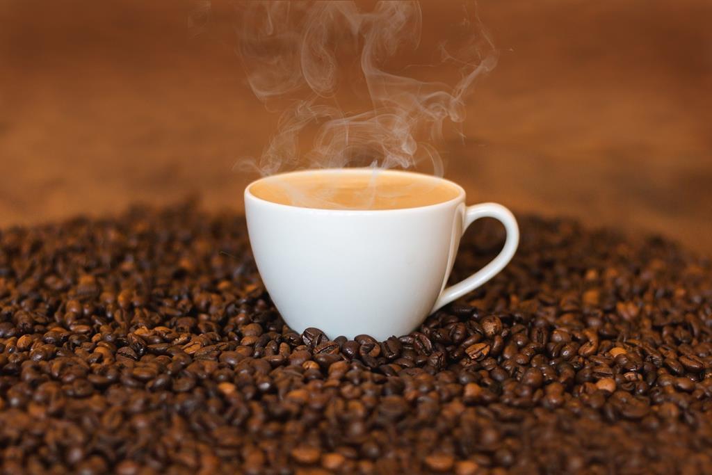 a cafeína presente no café atua inibindo a absorção de vitamina C presente nos alimentos e suplementos
