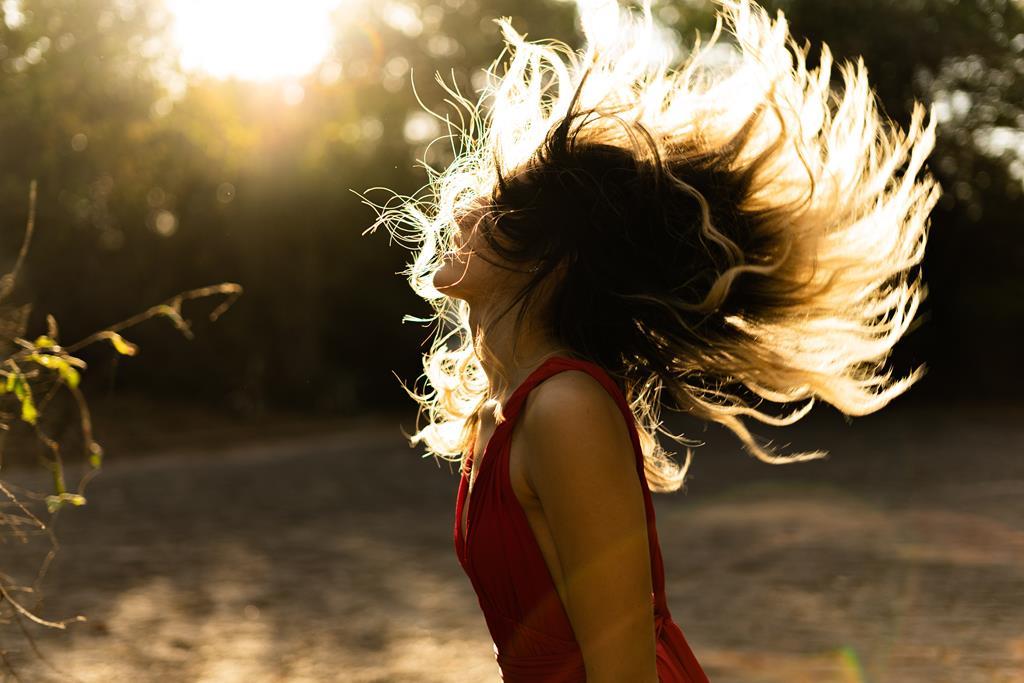 a vitamina atua deixando o cabelo e pele mais saudáveis e fortes