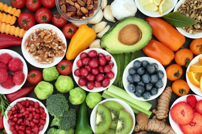 os alimentos ricos em fibras, vitaminas e minerais ajudam a combater os radicais livres e diminuir a celulite