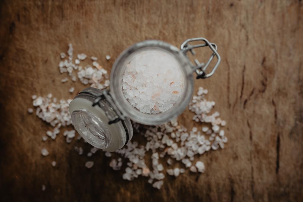 o consumo excessivo de sal interfere no balanço dos fluídos do organismo, aumentando a pressão arterial