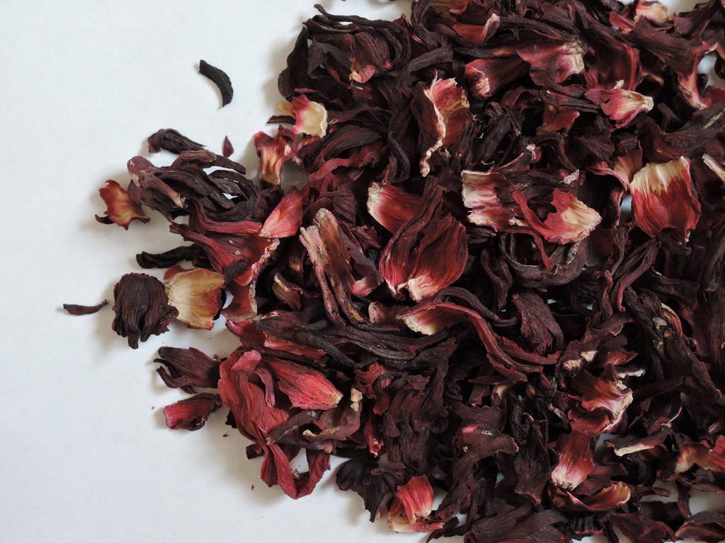 o chá de hibisco ajuda na perda de peso e na eliminação de sódio do sangue