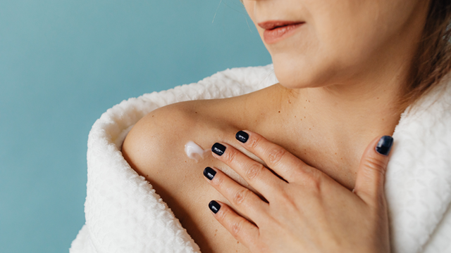 a massagem pode ser feita com algum óleo ou creme que ajude na remoção da cicatriz