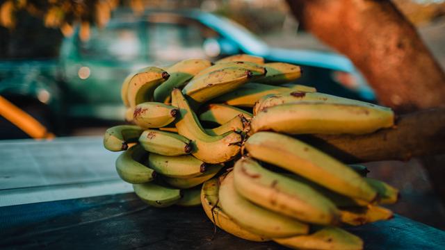a banana é um alimento importante para quem deseja diminuir a celulite, já que atua na drenagem de líquidos do corpo