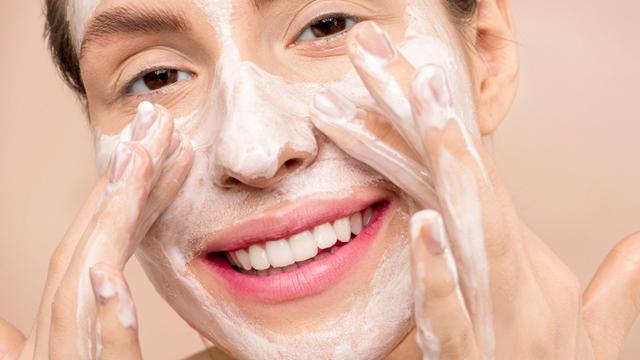 lavar o rosto é importante para garantir que a pele esteja livre de impurezas