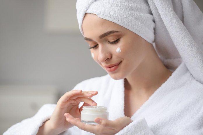 os cremes voltados para o combate às rugas ajuda a dar mais firmeza e elasticidade à pele